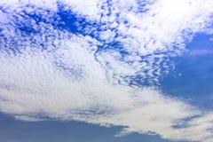 Небо предпосылки неба голубое с белыми облаками Стоковые Изображения