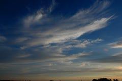 небо природы вечера состава предпосылки элемент конструкции рождества колокола Облака темно bluets стоковая фотография