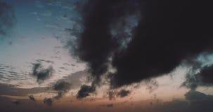 Небо промежутка времени красочное драматическое с облаком на заходе солнца видеоматериал