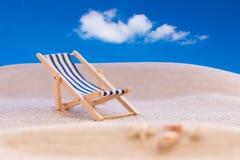 Небо пляжа Deckchair голубое Стоковые Изображения RF