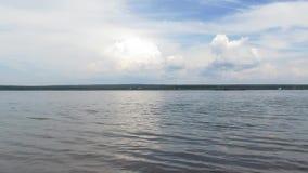 Небо реки заволакивает yenisei Сибирь акции видеоматериалы