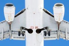 Небо самолета голубое заволакивает авиапорт полета Стоковая Фотография RF