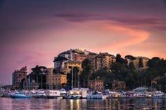 Небо северной виньетки захода солнца деревни моря Италии фиолетовое - Rapallo - Генуя - итальянка riviera Стоковые Изображения RF