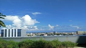 Небо со зданиями ПРИСТАВАЕТ к берегу стоковая фотография