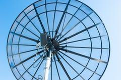 Небо спутниковой антенна-тарелки радиосвязи голубое Стоковая Фотография