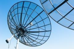 Небо спутниковых антенна-тарелок радиосвязи голубое Стоковое Изображение RF