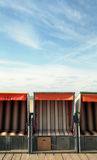 небо стулов пляжа переднее Стоковые Изображения