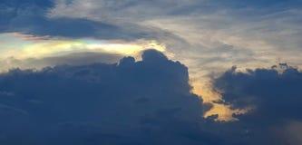 Небо сумерек с красочным светом через облака стоковые изображения