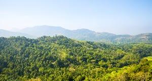 Небо сценарного зеленого anb гор голубое, Цейлон стоковые фотографии rf