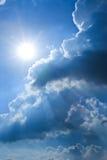 Небо с облаками и солнцем Стоковое Изображение RF