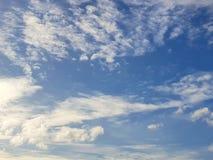 Небо с облаками, небо красивой природы голубое заволакивает предпосылка стоковые фото