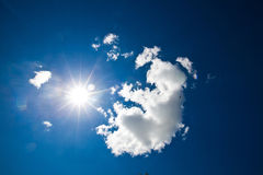 Небо с облаками и солнцем Стоковые Фото