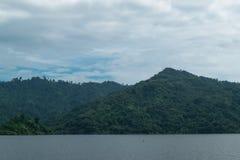 Небо с Mountain View на запруде Khundan Prakarnchon в Таиланде Стоковая Фотография