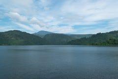 Небо с Mountain View на запруде Khundan Prakarnchon в Таиланде Стоковые Изображения RF
