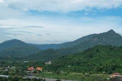 Небо с Mountain View на запруде Khundan Prakarnchon в Таиланде Стоковые Изображения