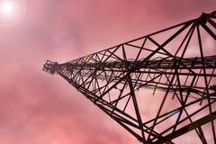 Небо темно Башня и телефон ТВ Стоковые Изображения RF