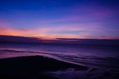 Небо утра с драматическими облаками над морем Стоковые Изображения