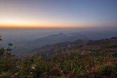Небо утра, тонкий туман и горные цепи увиденное от Phu Tubberg, провинции Petchabun, Таиланда Стоковое Фото