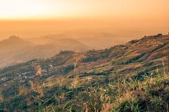 Небо утра, тонкий туман и горные цепи увиденное от Phu Tubberg, провинции Petchabun, Таиланда Стоковая Фотография RF