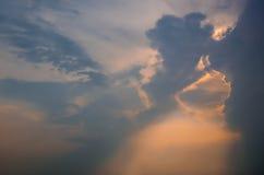 Небо луча Солнця, пасмурных и голубых Стоковые Фото