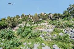 Небольшие дома на холмах сделанных утесов около Lake Victoria в Mw Стоковые Изображения RF