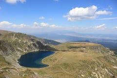 Небольшое озеро с открытым морем стоковые изображения rf