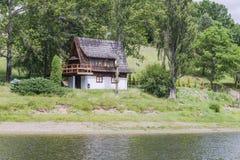 Небольшой дом затем озеро стоковые изображения rf