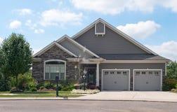 Небольшой дом с гаражом 2 автомобилей Стоковые Изображения RF