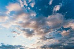 Небо, яркие голубые и белые цвета немедленное фото Стоковая Фотография RF