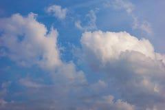 Небо Bbeautiful с предпосылкой облаков Расплывчатое небесно-голубые или лазурные небо и облако на ярком дневном времени солнца стоковая фотография