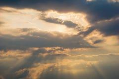 Небо Bbeautiful с предпосылкой облаков Расплывчатое небесно-голубые или лазурные небо и облако на ярком дневном времени солнца стоковое фото