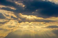 Небо Bbeautiful с предпосылкой облаков Расплывчатое небесно-голубые или лазурные небо и облако на ярком дневном времени солнца стоковое изображение