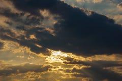 Небо Bbeautiful с предпосылкой облаков Расплывчатое небесно-голубые или лазурные небо и облако на ярком дневном времени солнца стоковая фотография rf