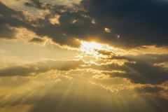 Небо Bbeautiful с предпосылкой облаков Расплывчатое небесно-голубые или лазурные небо и облако на ярком дневном времени солнца стоковые изображения