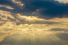 Небо Bbeautiful с предпосылкой облаков Расплывчатое небесно-голубые или лазурные небо и облако на ярком дневном времени солнца стоковое изображение rf