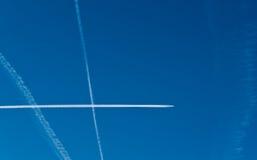 небо contrails воздушных судн стоковое фото