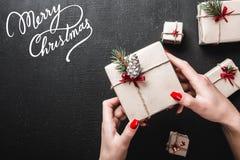 небо klaus santa заморозка рождества карточки мешка На черной предпосылке, дама держит подарок в ее руках Handmade подарки и атмо Стоковая Фотография RF