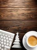 небо klaus santa заморозка рождества карточки мешка Клавиатура, чашка кофе и рождественская елка сделанные из бумаги Стоковое Изображение RF