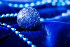 небо klaus santa заморозка рождества карточки мешка Шарики и украшение рождества на бархате Стоковая Фотография
