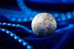 небо klaus santa заморозка рождества карточки мешка Шарики и украшение рождества на бархате Стоковое Изображение RF