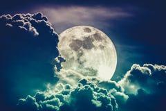 Небо Nighttime с облаками и ярким полнолунием с сияющим Cros Стоковая Фотография RF