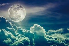 Небо Nighttime с облаками и ярким полнолунием с сияющим Cros Стоковые Изображения RF