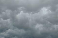 Небо overcast с темными облаками перед ненастным Стоковые Изображения
