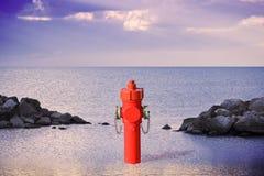 Невероятный гидрант на взморье Множество изображения концепции воды стоковое фото rf