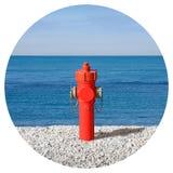 Невероятный гидрант на взморье - множество изображения концепции воды - круглое изображение концепции значка - фотография в круге стоковые фотографии rf