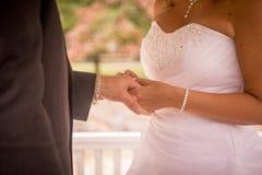 Невеста давая groom его кольцо Стоковые Фото