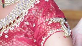 Невеста ассистентской помощи крупного плана красивая подготавливает для церемонии видеоматериал