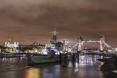 Невеста башни и башня на ноче в Лондоне Стоковые Фото