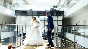 Невеста брюнета и красивое холят танец танцев смешной на лобби гостиницы Красивые пары новобрачных Жизнерадостное стильное видеоматериал