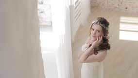 Невеста брюнет в платье свадьбы моды белом с составом сток-видео